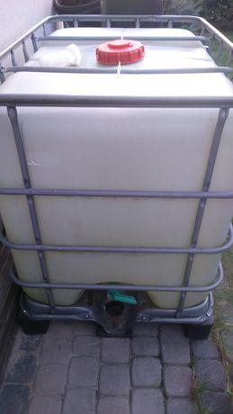 Zbiornik IBC pojemnik mauser mauzer na palecie w koszu paletopojemnik