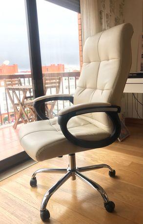 Cadeira / poltrona escritório, bege, menos de um ano de uso, como nova