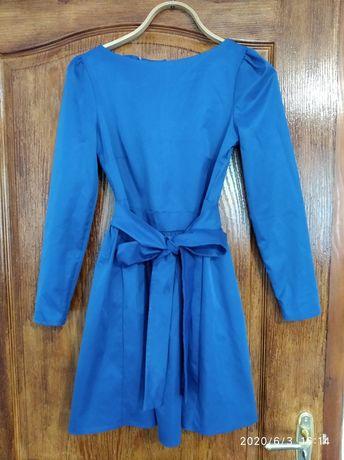 Нарядное платье в состоянии нового