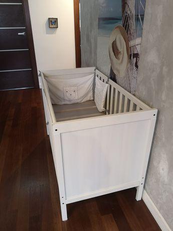 Białe łóżeczko ikea sundvik