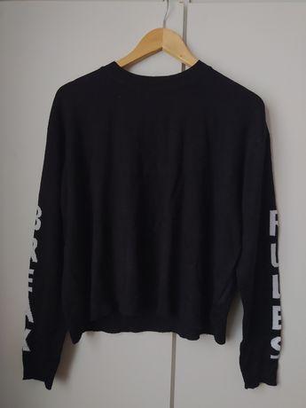 Czarny sweter z napisami na rękawach