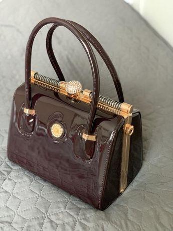 Баклажановая нарядная лаковая сумка