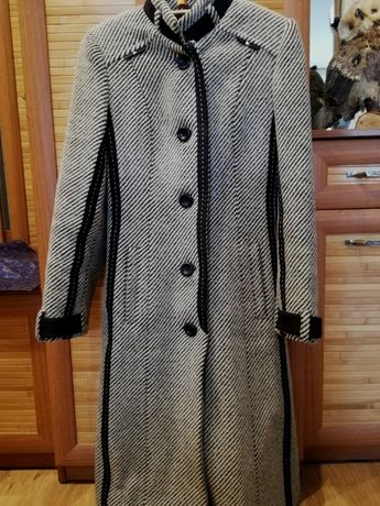 Пальто в хорошем состоянии размер 40 - 42