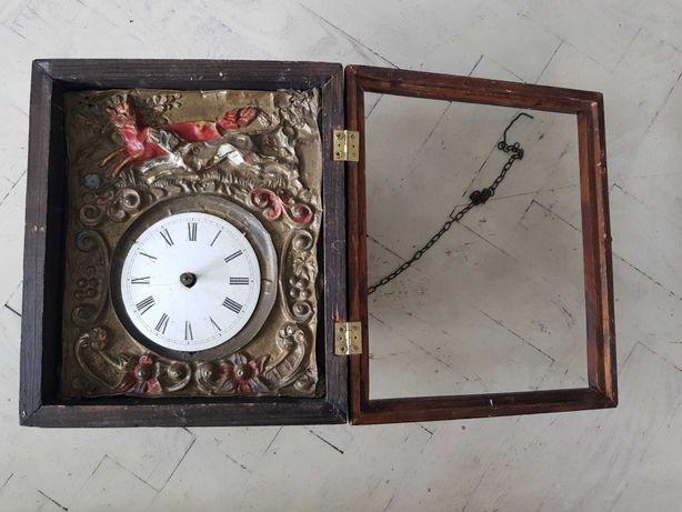 Stary zegar ścienny z mosiężnym frontem