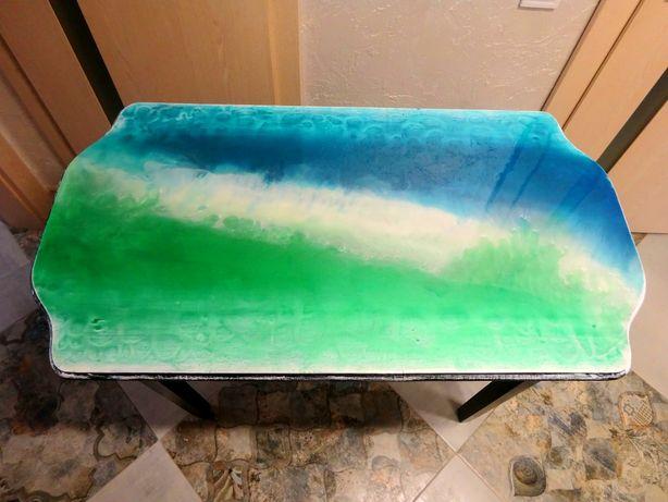 Деревянный, прочный стол