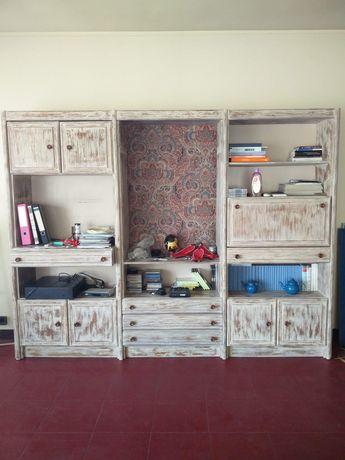 Móvel/ estante em madeira com gavetas e espaço para TV