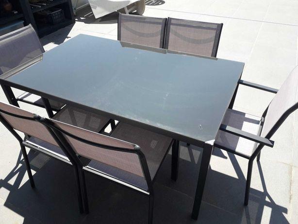 Mesa de jardim com tampo de vidro e 6 cadeiras