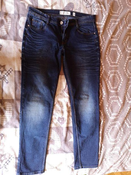 Темные джинсы Reserved