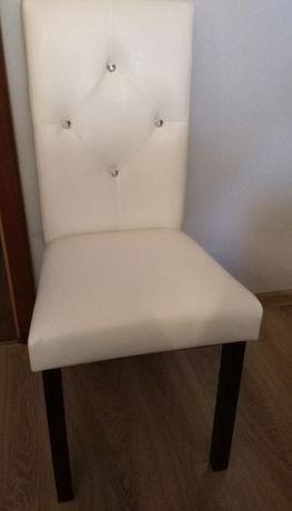 piękne białe krzesła z eko-skóry z kryształkami