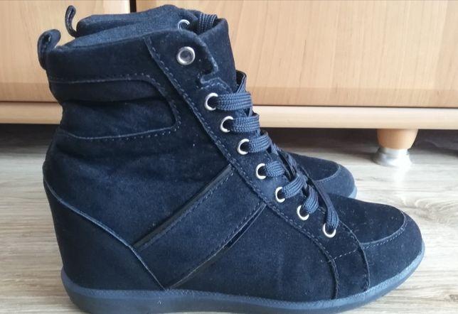 Sneakersy na koturnie z Bonprix