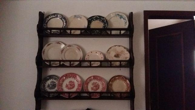 Pratos antigos com suporte
