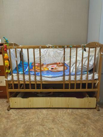 Кроватка с ящиком и маятниковым механизмом