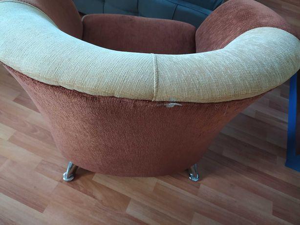 Wygodny rudo-bezowy fotel
