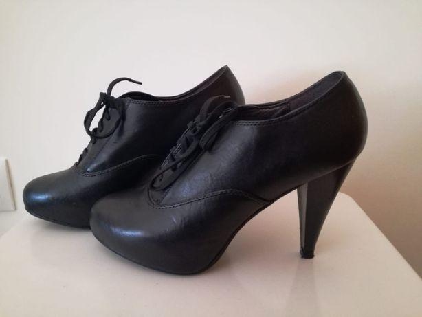 Sapatos pretos de salto alto Tam.40
