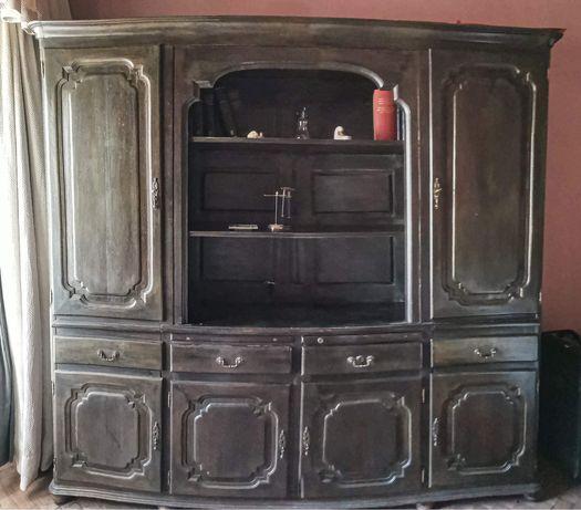 Móvel clássico em madeira maciça