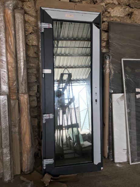 """Входные двери ПВХ металлопластиковые, """"Орех"""", 910х2030х60мм"""