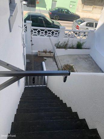 Moradia V6 na Cova da Piedade remodelada com 2 apartamentos