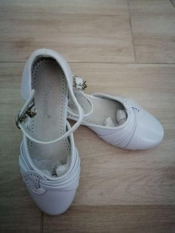 Białe pantofle dziewczęce