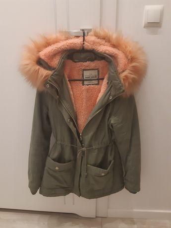 Piękna kurtka khaki z brzoskwiniowym futerkiem