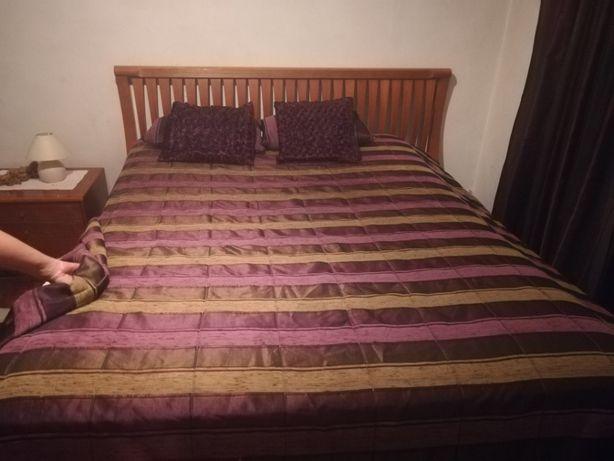 Colcha edredon, cortinas e almofadas.