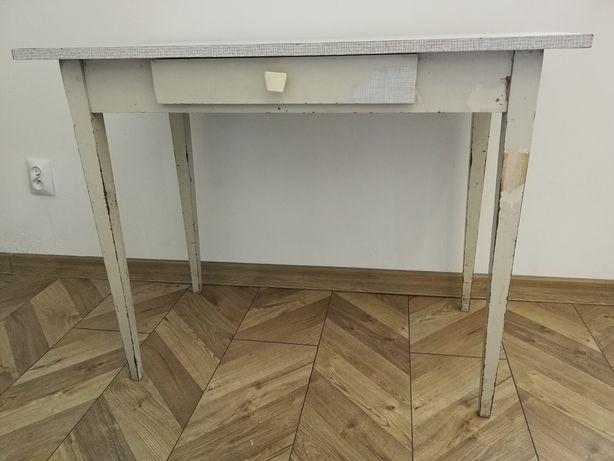 Stół kuchenny z szufladą z czasów PRL.