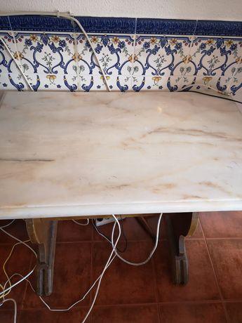 Mesa com tampo em pedra mármore