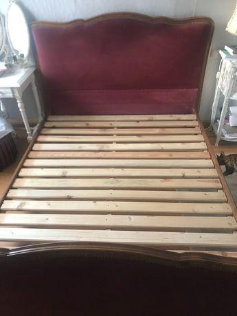 Drewniane łóżko vintage z wezgłowiem i oparciem 140x200 cm, stylowe