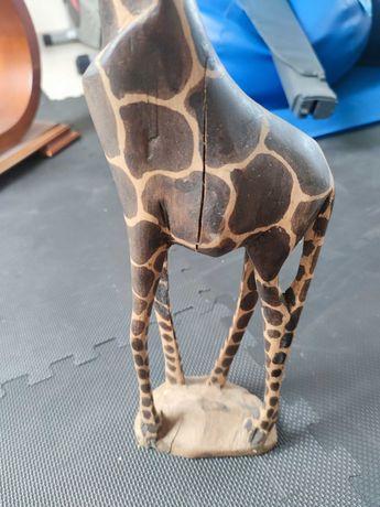 Estátua de girafa em madeira