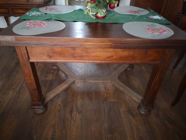 Dębowy stół z krzesłami