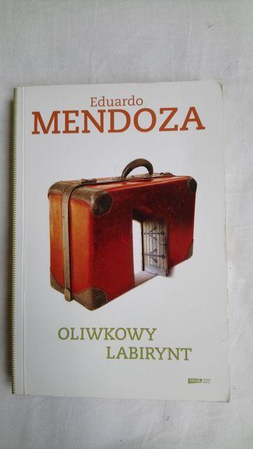 Oliwkowy labirynt Eduardo Mendoza