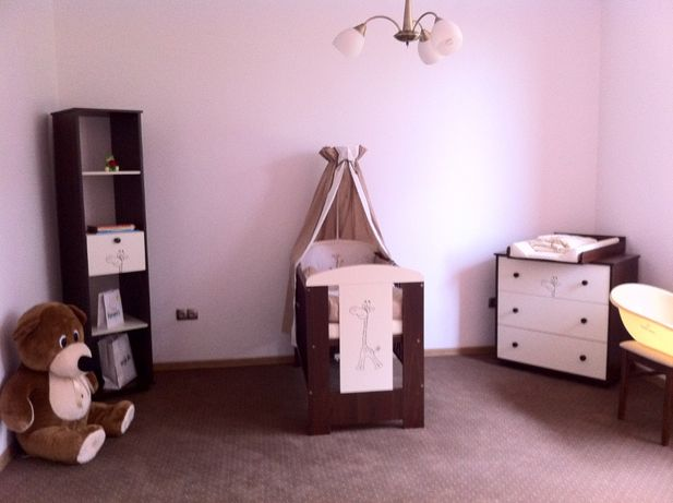 Łóżeczko drewniane 120x60 cm biało-brązowe z żyrafką i komplet akc.