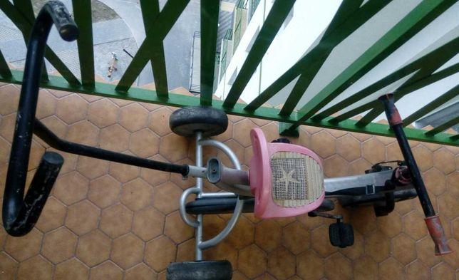 Старенький детский велосипед в рабочем состоянии. Съемная задняя ручка