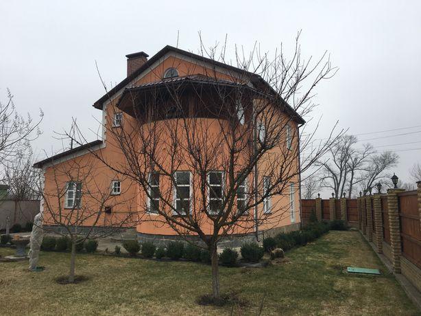 Двоповерховий сучасний будинок