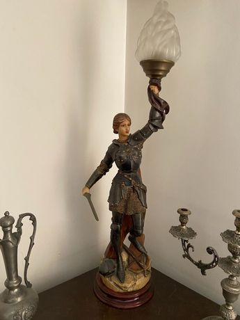 Estátua candeeiro, Joana Darc com base