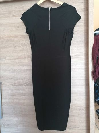 Sukienka czarna podkreślająca figurę