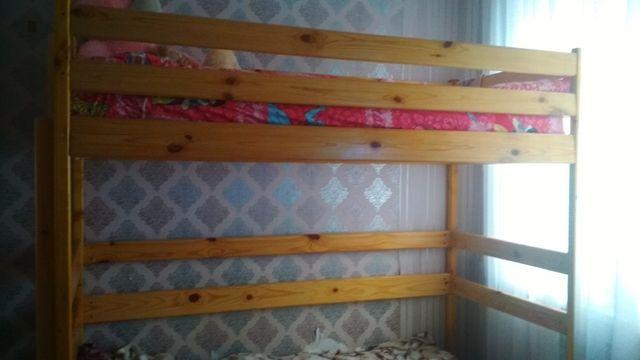 Двухъярусная кровать-чердак  из натурального дерева вместе с матрацом