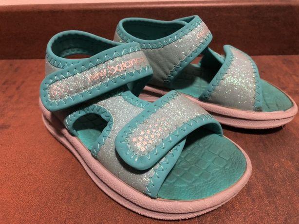 Sandałki turkusowe z brokatem New Balance - rozmiar 25
