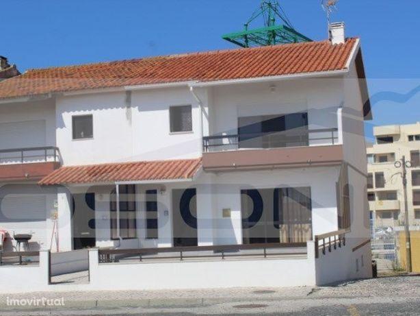 Moradia V3 em banda, a 150 metros do areal da praia da Vieira.