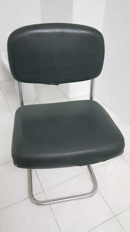 Cadeira de ferro em napa preta