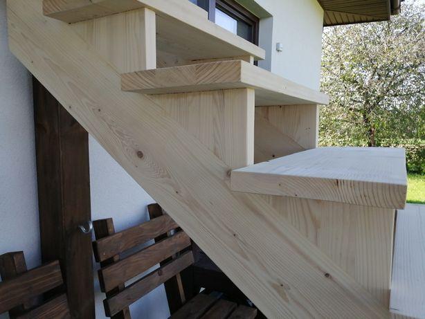 Schody drewniane do niskiego pomieszczenia.
