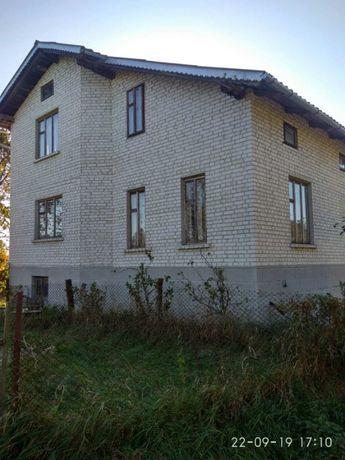 Продається 2-поверховий будинок з земельною ділянкою