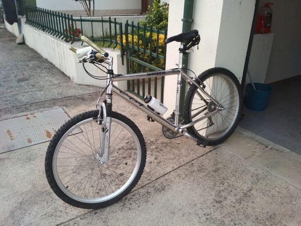 Bicicleta em alumínio como nova