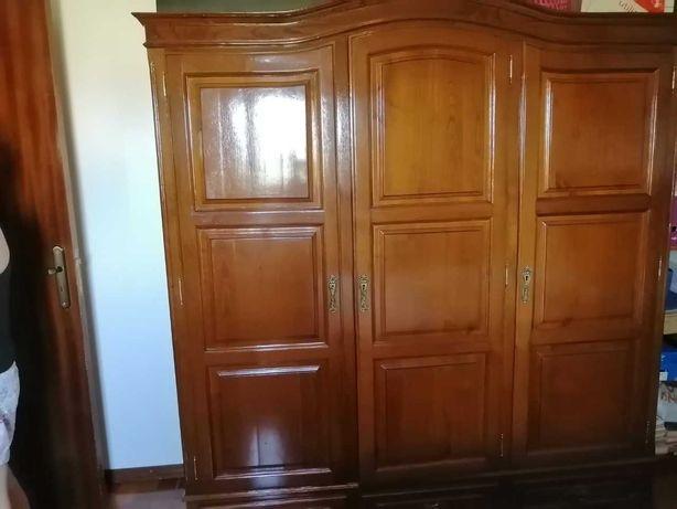 Mobília de quarto completa: cama com colchão, cómoda e roupeiro