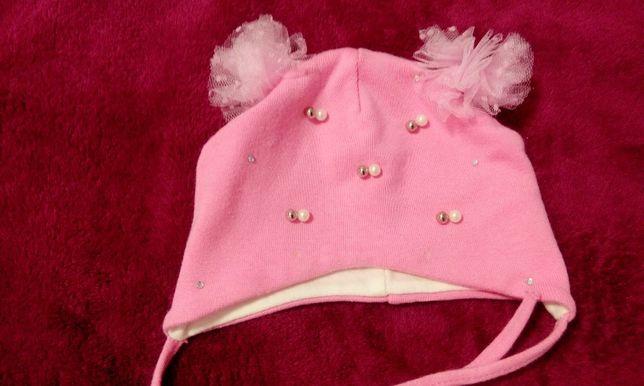 Шапка розовая с бусинками на завязочках
