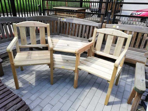 Fotele ogrodowe połączone stolikiem
