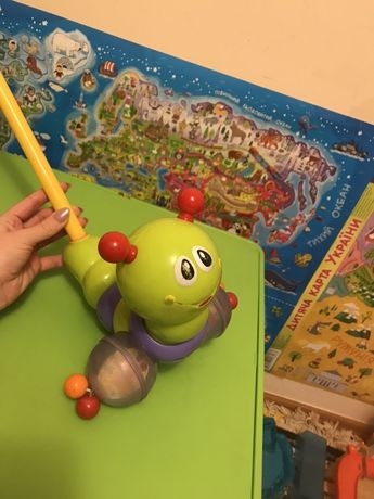 Детская дитяча каталочка на палке гусеница гусінь Huile toys каталка
