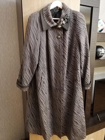 Пальто жіноче осіннє.