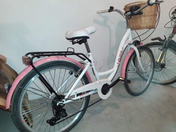 Rower różowo biały z koszykiem koła 24, i rower góral czerwony koła 26