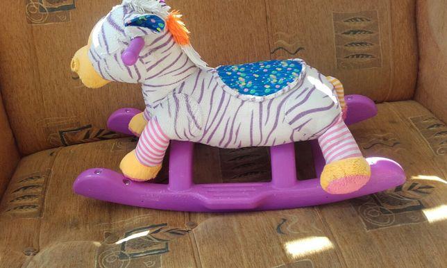 Grający koń na biegunach i konik do skakania