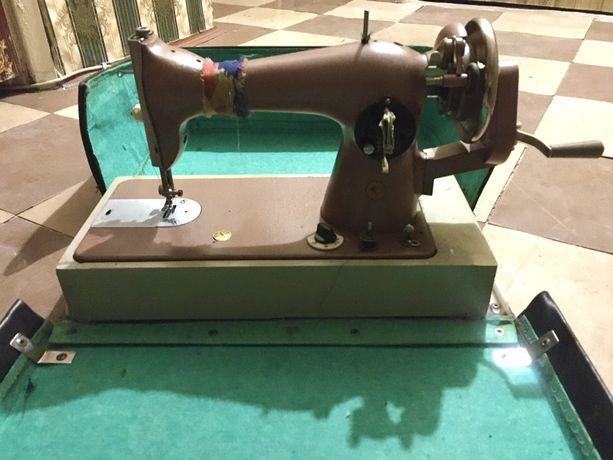 Швейная машинка в чехле (рабочая)